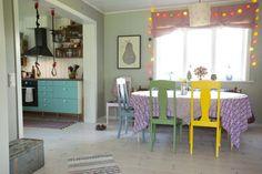 LEKEN SPISESTUE: De gamle eikestolene er malt i saftige farger. Plakaten Prium Parum er fra finelittleday.com, en svensk blogg som drives av Elisabeth Dunker. Turnringene er laget av lampeledninger, og ungene enlsker dem.