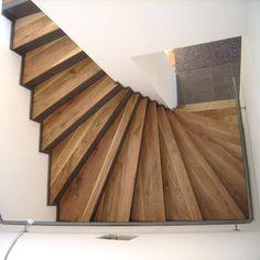 Halbgewendelte Blechtreppe mit Holzstufen