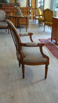 Paire de fauteuils de style LOUIS XVI - https://www.lesbrocanteurs.fr/annonce-antiquaire/paire-de-fauteuils-de-style-louis-xvi/