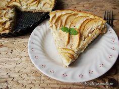 Tarta cu mere si smantana este foarte aromata, are blat crocant cu migdale si imbina excelent gustul acrisor al merelor cu smantana cremoasa care le cuprinde.