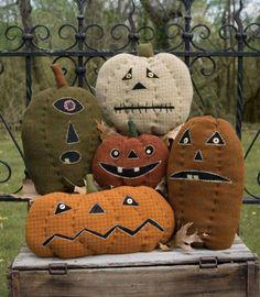 Pumpkin Farm-pumpkin farm, shawn williams, threads that bind, halloween patterns, wool applique Halloween Vintage, Halloween Sewing, Halloween Quilts, Halloween Kostüm, Holidays Halloween, Halloween Pumpkins, Halloween Decorations, Halloween Patterns, Primitive Pumpkin