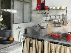 Cuisine campagne Cuisine campagne et récup  Dans cette cuisine, on joue la carte de la « récup » campagne. Vieux sacs en guise de rideaux pour cacher les étagères et meubles exclusivement en inox