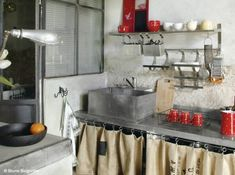 meuble-cuisine-avec-rideau-tissu.jpg (641×478)