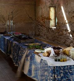 Gardening Gone Wild: buffet on the veranda Rustic Buffet, White Buffet, Mood Board Interior, Come Dine With Me, Wine And Cheese Party, Styling A Buffet, Farm Shop, Farm Stand, Blue And White China