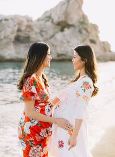These gals decided to document being pregnant at the same time with best friend maternity photos while on an annual girls trip/babymoon in Malaga! Friend Pregnancy Photos, Sister Maternity Pictures, Pregnancy Looks, Pre Pregnancy, Sibling Poses, Maternity Poses, Stylish Maternity, Maternity Fashion, Pregnant Best Friends