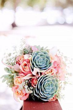 Toma nota de estos tips sobre los tipos de ramos de novia que van con los distintos vestidos y luce como una verdadera reina! :)