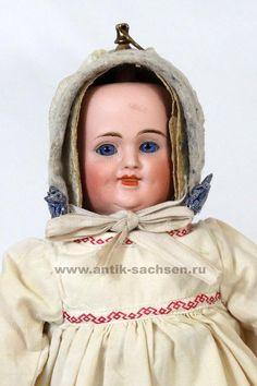 Carl Bergner 3 лица  Редкая немецкая антикварная кукла фабрики Карл Бергнер, Зоннеберг. Фарфоровая голова выпущена на фабрике Simon & Halbig. Кукла имеет 3 лица, улыбающееся, плачущее и спящее. 2 лица имеют фиксированные стеклянные глаза, на плачущем лице вылеплены прозрачные слезы на шеках. Голова сидит на плечевой пластине из композита, имеет вращательный механизм, при вращении металлического кольца на макушке лица меняются. Размер куклы 30 см. Кукла выпущена в начале 1900 годов…