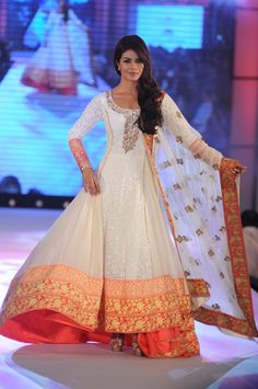 Priyanka Chopra in Round Neck White Anarkali Suit by Manish Malhotra Indian Attire, Indian Wear, Indian Style, Indian Ethnic, Pakistani Outfits, Indian Outfits, Look Star, Anarkali Dress, White Anarkali