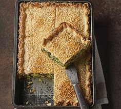 Spinach, cheese and onion rice torte Risotto rice cooks in the filling to give it a creamy texture, which binds the vegetarian ingredients together beautifully Cheese Rice, Spinach And Cheese, Spinach Rice, Tart Recipes, Veggie Recipes, Veggie Meals, Veggie Food, Cheese Recipes, Fish Recipes