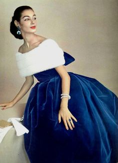Fashion Jacky Mazel in blue velvet dress with off-shoulder neckline wrapped in luxurious white mink, by Jacques Fath, photo by Guy Arsac, 1956 - Look Retro, Look Vintage, Vintage Mode, Vintage Wear, Vintage Glamour, Fifties Fashion, Retro Fashion, Vintage Fashion, Club Fashion
