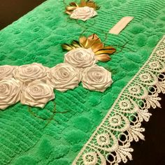 LOY HANDCRAFTS, TOWELS EMBROYDERED WITH SATIN RIBBON ROSES: TOALHA VERDE COM FLORES BRANCAS