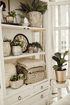 Styling shelves - Styling Shelves 101 Three Basic Shelf Styling Tips Cheap Home Decor, Diy Home Decor, Living Room Designs, Living Room Decor, Living Room Hutch, Country Cottage Living Room, Small Cottage Kitchen, Decor Room, Farmhouse Side Table