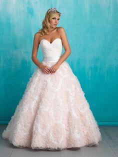 La combinación del rosado y el blanco añaden más elegancia al vestido