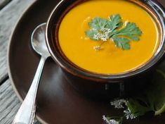 Cream Of Carrot soup . the Best Cream Of Carrot soup . Cream Of Carrot soup with Ginger and Curry Recipe andrew Veggie Recipes, Soup Recipes, Healthy Recipes, Cheap Clean Eating, Clean Eating Snacks, Easy Vegan Soup, Turmeric Soup, Clean And Delicious, Vegetable Prep