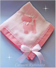 Fralda dupla Luxo Cremer branca, com aplicação e barrado em tecido 100% algodão.  Acompanha fralda de boca, com mesmo barrado, sache perfumado.  Embalagem de tule.  Cor e aplicação à escolher.