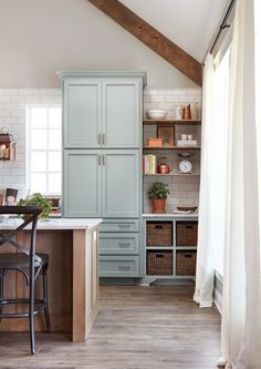 Loved the custom home in episode Browse pictures of the unique grandkids' playroom, rustic modern kitchen, and wood beams to inspire your own home decor. Joanna Gaines, Jo Gaines, Magnolia Homes, Magnolia Market, Fixer Upper Kitchen, Country Farmhouse Decor, Farmhouse Style, American Farmhouse, Farmhouse Plans