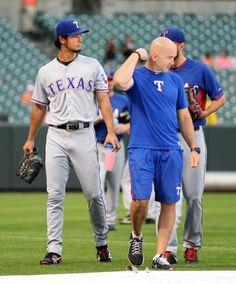 降雨のため、練習をせずにロッカールームに戻るレンジャーズのダルビッシュ(左)=ボルティモア(共同) ▼4Jul2014共同通信|ダルビッシュ、5日に先発変更 球宴登板に支障なくなる http://www.47news.jp/CN/201407/CN2014070401001138.html #Yu_Darvish #Texas_Rangers