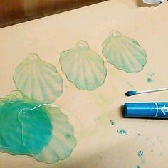 マッキーの水色とグリーンを、綿棒につけたアルコールでぼかしながら、ヤスリをかけたプラ板に塗る