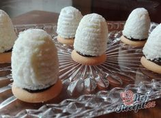 Unbaked coconut hives filled with quality Parisian cream NejRecept. Czech Recipes, Ethnic Recipes, Four, Christmas Cookies, Sweet Recipes, Camembert Cheese, Cupcake Cakes, Cupcakes, Sushi