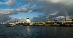 Op de haven van Harlingen. Een mooie herfstdag met een bijzondere wolkenlucht, (zon) licht en regenboog. Provincie Friesland.