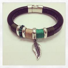 Otro modelo de pulsera de cuero regaliz. Sígueme en instagram @eltallerdegracia.