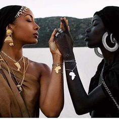 The power of Black sisterhood is limitless. Afropunk Paris, Body Positivity Photography, Kemetic Yoga, Still I Rise, Afro Punk, Black Girl Fashion, Love Pictures, Ladies Day, Women Empowerment