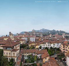 """Città alta a #bergamo anzi città """"altissima"""" se così si può dire. San Vigilio è la parte più elevata del centro storico di Bergamo. E' da lì che vengono scattate le spettacolari fotografie dello skyline di #cittaalta tra luci e nebbie. Magari un giorno anch'io prenderò la funicolare e ci proverò. #ig_mood #igspecialist #igersitalia #instambulda1yer #wonderful_places #igglobalclub #volgolombardia #vivobergamo #ig_sharepoint #ig_worldclub #italian_trips #fotografi_italiani #visitbergamo…"""