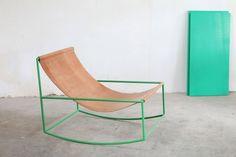 In deze schommelstoel gaan industrieel en warm wél samen Roomed | roomed.nl