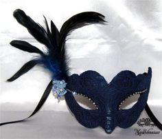 Civetta pluma azul marino : Antifaz de papel maché forrado con delicado encaje de color marino, adornado con pequeñas flores  de tela azul cielo,cristales de swarovski sobre los ojos y suaves plumas en un lateral.  Precio- 39 Euros