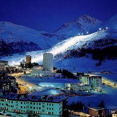 P H O T O | @mirandatrambaiolli  L O C A T I O N | Sestriere si trova nel cuore di una delle aree sciistiche piu grandi dEuropa conosciuta come Vialattea. Sestriere e anche una delle poche localita in cui e possibile sciare in notturna su una pista olimpica illuminata. La stazione ospita regolarmente eventi di Coppa del Mondo di Sci Alpino anche se il momento di maggior prestigio e stato quando e stata scelta per ospitare le competizioni di sci alpino maschile in occasione dei Giochi…