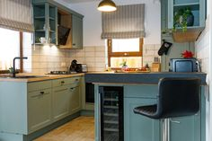 G configuration classic kitchen design with Aqua coloured fronts. #Gkitchen #Gmodernkitchen #Gshapedkitchen #classickitchen #aquaaccents #kitchendesign #kitchenfurniture #kitchenideas #KUXAstudio #KUXA #KUXAkitchen #bucatarieclasica Kitchen Layout, Kitchen Design, G Shaped Kitchen, Aqua Color, Kitchen Furniture, Classic, Table, Home Decor, Derby