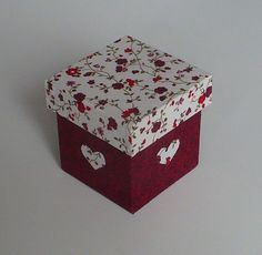 Caixinha em mdf revestida com tecido 100% algodão e acabamento interno em e.v.a. Ideal para lembrancinhas de fim de ano, aniversário, casamento, 15 anos, etc. Veja os detalhes em www.nikiatelier.elo7.com.br