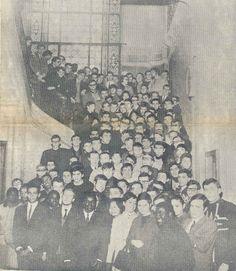 Les élèves de l'ESJ en janvier 1968, dans l'escalier de l'ancien bâtiment, situé 67 boulevard Vauban à Lille.  (Premier numéro du journal ESJ de janvier 1968)
