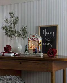 Nydelig vannfylt lykt med integrerte varmhvite LED lyskilder og glitter som minner oss om gamle dager og gir oss den magiske følelsen av julen som står for tur. Lykten er i form av en godteributikk med en nisse og små barn. Den er utstyrt med vifte slik at du skal slippe å riste den hver gang du ønsker den i gang og den spiller også koselig julemusikk. I tillegg til dette har lykten timer, slik at den automatisk slår seg av etter 5 timer. Christmas Feeling, Magical Christmas, Home Design, Water Globes, Candy Shop, Second Child, Lanterns, Merry, Table Decorations