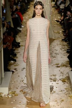 Catwalk photos and all the looks from Valentino Spring/Summer 2016 Couture Paris Fashion Week Celebrity Fashion Outfits, Runway Fashion, Fashion Show, Celebrities Fashion, Celebrity Style, Valentino 2017, Valentino Couture, Spring Couture, Couture Week