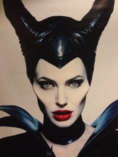 Angelina Jolie, exasperated use of the illuminant to embody the witch Malefice . - Angelina Jolie, exasperated use of the illuminant to embody the Maleficent witch - Angelina Jolie Maleficent, Maleficent Movie, Maleficent Costume, Maleficent Makeup, Maleficent Halloween, Halloween Make Up, Halloween Costumes, Harey Quinn, Costume Makeup