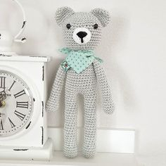 Der süße Schmusebär macht sich fertig für die Reise ins neue Zuhause!  #häkeln #crochet #baby2016 #baby #babygeschenk #babyboy #grau #baumwolle #rassel #geschenkzurgeburt #schmusebär #bär #halstuch