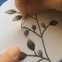 Hand Embroidery Patterns Flowers, Hand Embroidery Videos, Embroidery Stitches Tutorial, Hand Embroidery Designs, Brazilian Embroidery Stitches, Embroidery Sampler, Embroidery Techniques, Embroidered Flowers, Creative Embroidery
