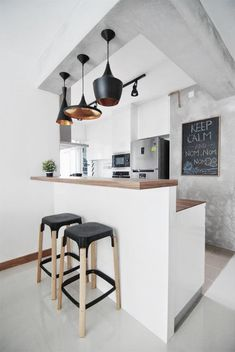 Cuisine esprit loft, bar, trio de suspensions Tom Dixon noires et dorées | White and Grey Kitchen, bar, Tom dixon pendant lights
