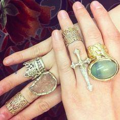Useiden sormusten käyttäminen samanaikaisesti on upean näköistä. Harmi vaan, että siihen on arkisin niin harvoin mahdollisuuksia. Kiinnostava yksityiskohta on myös ns. knuckle ring, eli sormus, joka istuu sormen ensimmäisen ja toisen nikaman välissä. Multiple rings at the same time