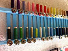 Reciclando: Bandeja de bañera convertida en organizador de hilos http://manualidades.facilisimo.com/blogs/costura/reciclando-bandeja-de-banera-convertida-en-organizador-de-hilos_1198654.html?aco=12n8&fba
