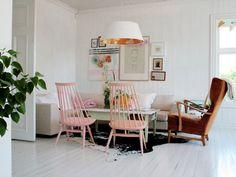 Salon blanc + chaises roses pastels