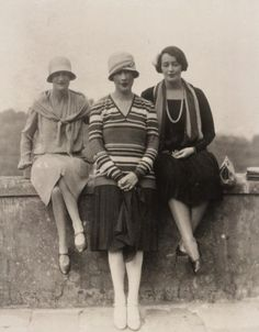 Violet Trefusis (middle) with flapper friends