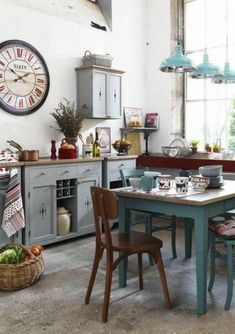 cuisine shabby chic avec suspensions turquoises et table en bois #shabbychic