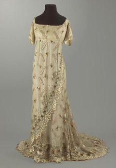 Evening dress ca. 1795-1808    Timeless From the Centre de Documentació i Museu Tèxtil de Terrassa historicalfashion