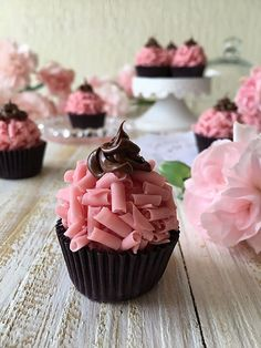 Veja como fazer e vender receitas de brigadeiros Cupcakes, Cupcake Cakes, Cake In A Jar, Juicy Fruit, Cake Boss, Confectionery, Mini Cakes, Amazing Cakes, Sweet Recipes
