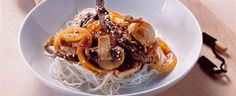 Sesamristet kød med nudler og grøntsager