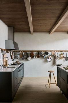 Köksö i modern shakerstil. Kitchen Time, Table, Kitchen Islands, Inspiration, Furniture, Home Decor, Summer, Modern, Pictures