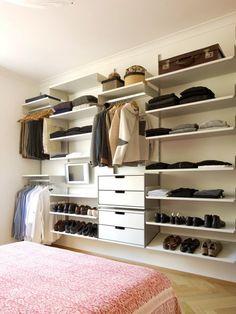 schuhe h te kleidung alles an seinem platz mit kleiderstangen sogar ein fernseher ist dabei. Black Bedroom Furniture Sets. Home Design Ideas