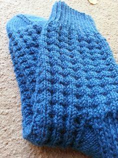 Rakkaudesta villasukkiin: Pehmeitä paketteja Knitting Socks, Knitted Hats, Knit Crochet, Winter Hats, Slippers, Wool, Photo And Video, Crocheting, Fashion